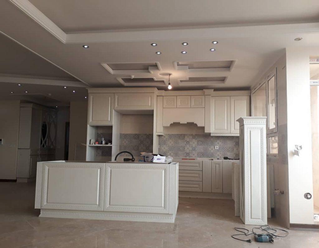طراحی سقف آشپزخانه با دکوراسیون کلاسیک کناف